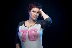 Женщина брюнет в рубашке спорта Стоковые Фотографии RF