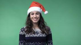 Женщина брюнет в усмехаться крышки красного santa сток-видео