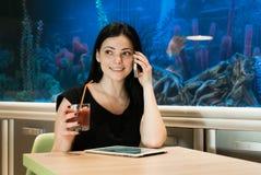 Женщина брюнет говоря на мобильном телефоне внутри помещения стоковые фотографии rf