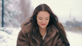Женщина брюнет дует снег от ладоней ее замедленного движения рук сток-видео