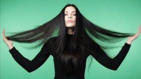 Женщина брюнет демонстрируя длинные здоровые волосы акции видеоматериалы