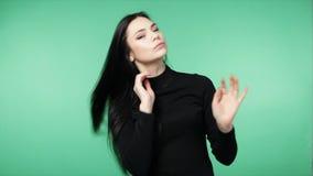 Женщина брюнет играя с длинными красивыми волосами видеоматериал