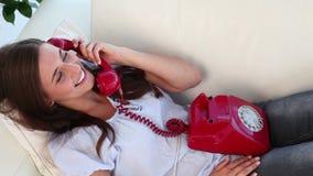 Женщина брюнет используя ее красный телефон сток-видео