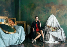 Женщина брюнет красоты богатая в роскошных внутренних близко пустых рамках, нося мода одевает, концепция людей образа жизни стоковая фотография rf