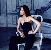 Женщина брюнет красоты молодая в роскошном домашнем интерьере, стильном fairy спальни серое Стоковое Фото