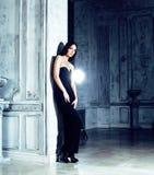 Женщина брюнет красоты молодая в роскошном домашнем интерьере, fairy bedro Стоковые Изображения