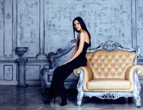 Женщина брюнет красоты молодая в роскошном домашнем интерьере, стильном fairy спальни серое Стоковые Изображения RF