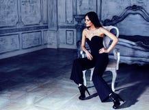 Женщина брюнет красоты молодая в роскошном домашнем интерьере, стильном fairy спальни серое Стоковое Изображение