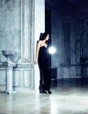 Женщина брюнет красоты молодая в роскошном домашнем интерьере, стильном fairy спальни серое Стоковые Фото