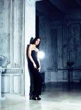 Женщина брюнет красоты молодая в роскошном домашнем интерьере, стильном fairy спальни серое Стоковая Фотография