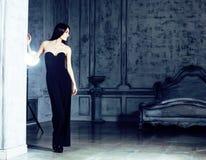 Женщина брюнет красоты молодая в роскошном домашнем интерьере, стильном fairy спальни серое Стоковое Изображение RF