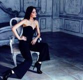 Женщина брюнет красоты молодая в роскошном домашнем интерьере, стильном fairy спальни серое Стоковые Фотографии RF