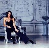 Женщина брюнет красоты молодая в роскошном домашнем интерьере, fairy спальне в рангах серого цвета Стоковое Фото