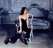 Женщина брюнет красоты молодая в роскошном домашнем интерьере, fairy спальне в серых цветах, богатой концепции образа жизни Стоковые Фотографии RF