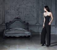 Женщина брюнет красоты молодая в роскошном домашнем интерьере, fairy bedro Стоковое Изображение