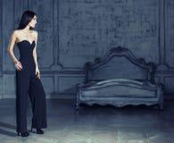 Женщина брюнет красоты молодая в роскошном домашнем интерьере, fairy bedro Стоковые Фото
