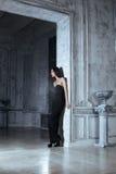 Женщина брюнет красоты молодая в роскошном доме Стоковая Фотография RF