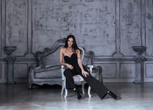 Женщина брюнет красоты молодая в роскошном доме Стоковое Фото