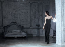 Женщина брюнет красоты молодая в роскошном доме Стоковые Фотографии RF