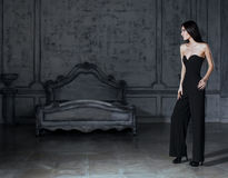 Женщина брюнет красоты молодая в роскошном доме Стоковое фото RF