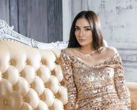 Женщина брюнет красоты молодая в роскошном доме Стоковые Фото