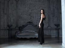 Женщина брюнет красоты молодая в роскошном доме Стоковые Изображения