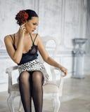 Женщина брюнет красоты молодая в роскошном доме Стоковые Изображения RF