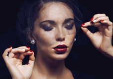 Женщина брюнет красоты под черной вуалью с красным цветом Стоковая Фотография