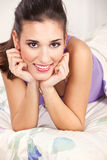 женщина брюнет кровати лежа Стоковая Фотография