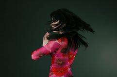 женщина брюнет милая закручивая Стоковые Фотографии RF