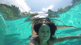 Женщина брюнет молодая счастливая плавая под водой в бассейне 1920x1080 акции видеоматериалы