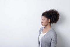 Женщина брюнет нося кардиган Стоковая Фотография