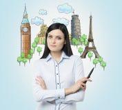 Женщина брюнет предлагает посещение самых известных городов в Европе Концепция туризма и sightseeing Свет - голубое backg иллюстрация штока