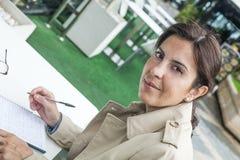 Женщина брюнет работая outdoors Стоковое фото RF