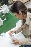 Женщина брюнет работая outdoors Стоковое Изображение