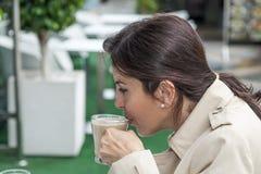 Женщина брюнет работая outdoors Стоковые Фото