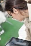 Женщина брюнет работая outdoors Стоковые Изображения