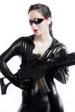 Женщина брюнет сексуальная в латексе с пушкой стоковая фотография rf