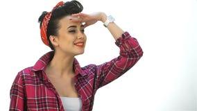 Женщина брюнет смотрит в расстояние видеоматериал