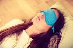 Женщина брюнет спать в маске сна голубого глаза Стоковые Фотографии RF
