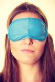 Женщина брюнет спать в маске сна голубого глаза Стоковое фото RF