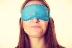 Женщина брюнет спать в маске сна голубого глаза Стоковое Изображение RF