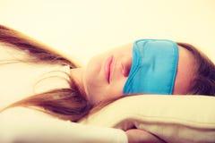 Женщина брюнет спать в маске сна голубого глаза Стоковые Изображения RF