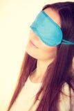 Женщина брюнет спать в маске сна голубого глаза Стоковая Фотография RF