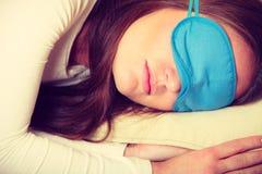 Женщина брюнет спать в маске сна голубого глаза Стоковые Изображения