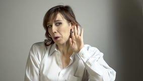 Женщина брюнет стрельбы фото гримасничая с bijou акции видеоматериалы