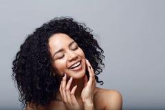 женщина брюнет счастливая Стоковые Изображения