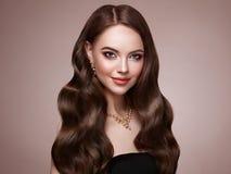 Женщина брюнет с вьющиеся волосы Стоковое Фото