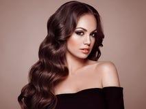 Женщина брюнет с вьющиеся волосы Стоковые Фото