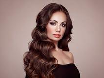 Женщина брюнет с вьющиеся волосы Стоковые Изображения RF